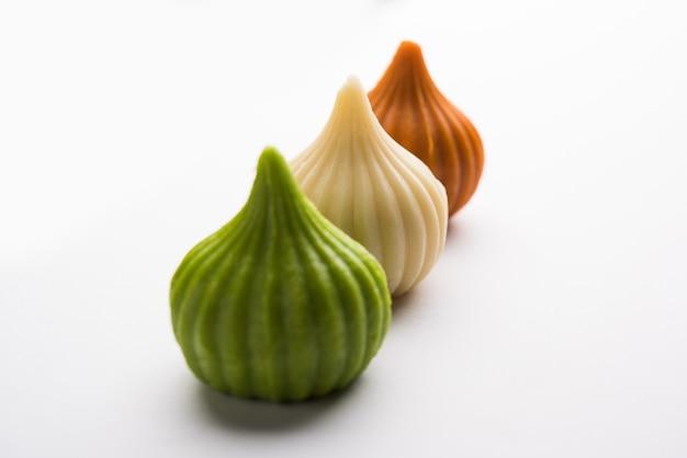 Mithai ou boulette de forme modak de couleur tiranga douce pour la carte de voeux de l'indépendance ou du jour de la république