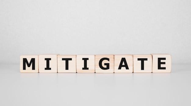 Mitigate mot fait avec des blocs de construction, concept d'entreprise.