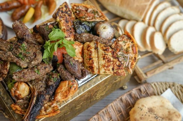 Mixed grills, kebab, poitrine grillée, tableaux, nourriture du moyen-orient