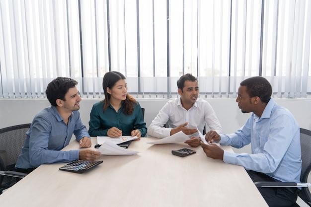 Mixer les partenaires commerciaux en réunion dans la salle de conférence.