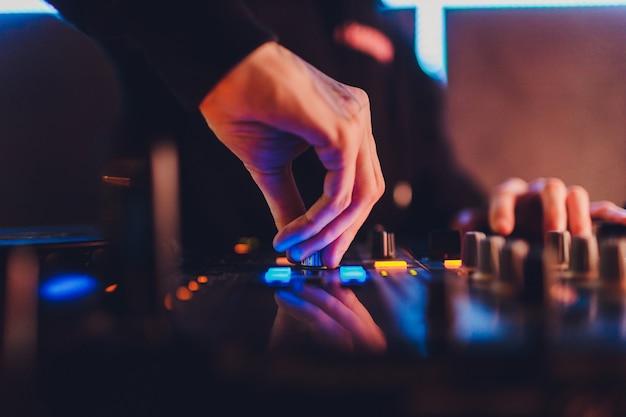 Le mixer. télécommande pour l'enregistrement sonore. ingénieur du son au travail en studio. amplificateur de son console de mixage égaliseur. enregistrer des chansons et des voix. pistes de mixage. équipement audio. travailler avec des musiciens. dj