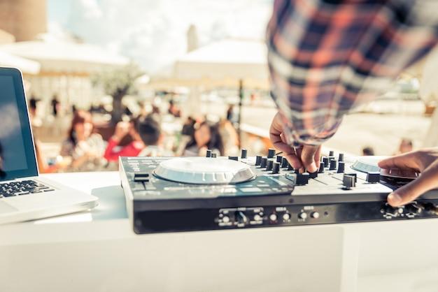 Mixeur dj bouchent pendant qu'il mixe