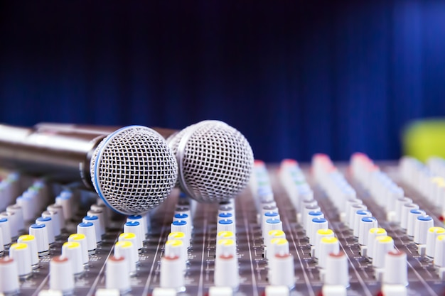 Mixeur de son et microphones dans la salle de réunion