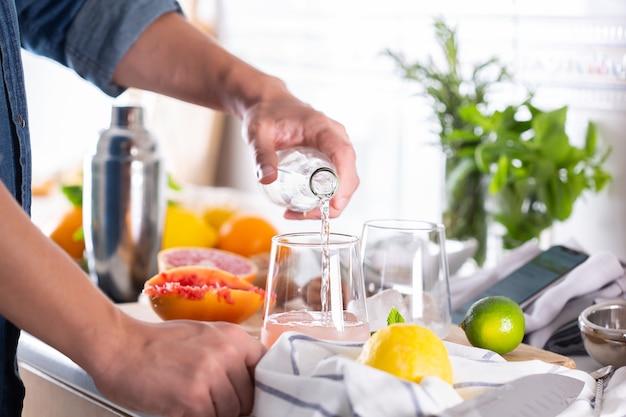 Mixologue préparant un cocktail rafraîchissant avec du seltz dur à la maison