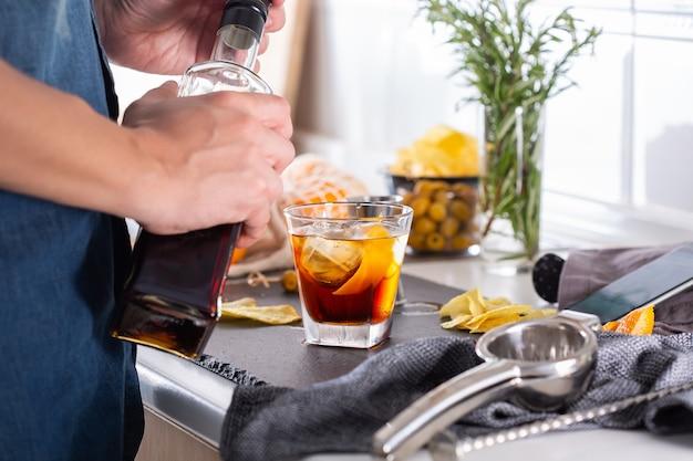 Mixologue préparant un cocktail rafraîchissant avec du vermouth à la maison