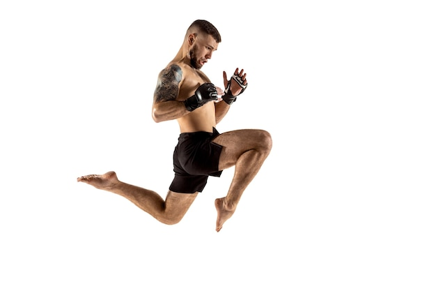 Mma. combattant professionnel isolé sur fond de studio blanc. concept de sport, de compétition, d'excitation et d'émotions humaines