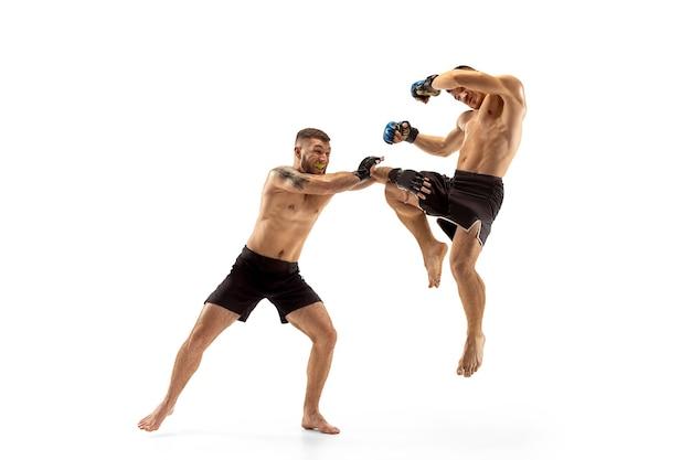 Mma deux combattants professionnels poinçonnage ou boxe isolé sur fond blanc studio