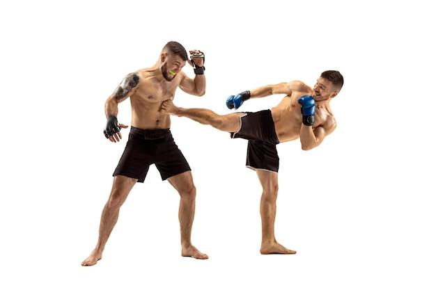Mma deux combattants professionnels poinçonnage ou boxe isolé sur fond de studio blanc