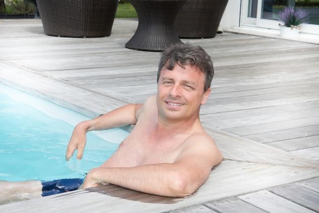 Mman est assis dans la piscine