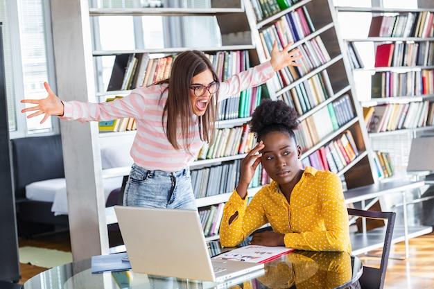 Mobbing au travail. jeune patron féminin ambitieux criant à une nouvelle employée malheureuse
