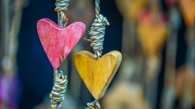 Mobile en forme de coeur en bois