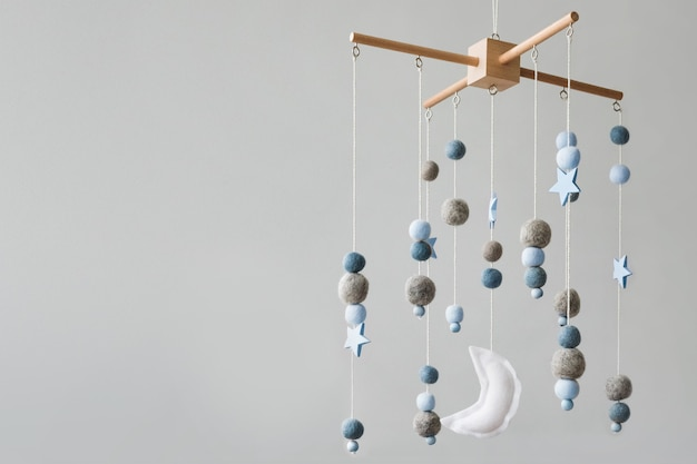 Mobile de lit de bébé avec des planètes d'étoiles et des jouets faits à la main d'enfants de lune au-dessus du berceau de nouveau-né