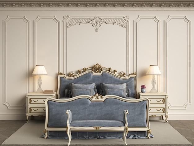 Mobilier de chambre classique dans un intérieur classique.murs avec moulures, corniche ornée
