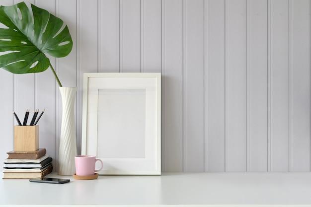 Mock up frame sur le gadget de table et de bureau à domicile.