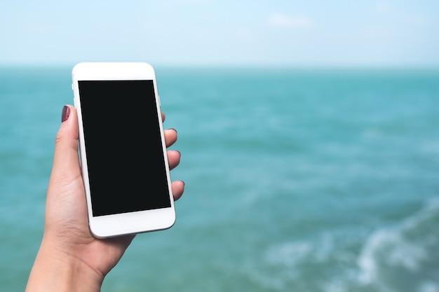 Mockup téléphone intelligent avec la main des gens