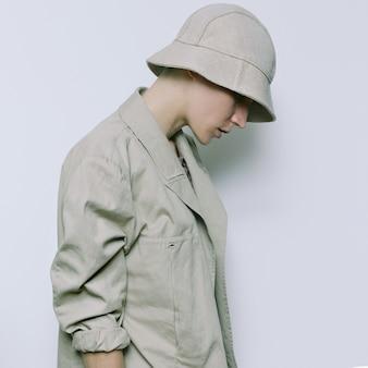 Mode et accessoires beiges. panama et veste