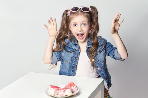 Mode amusante fille veut manger un gâteau