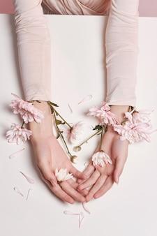 Mode art femme en robe d'été et fleurs