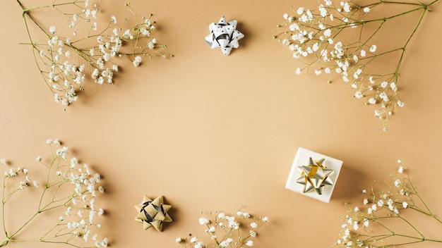 Mode beige, fleurs plat poser fond