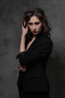 Mode belle femme posant, concept de vogue