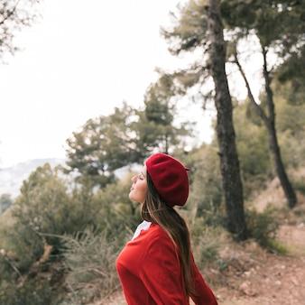 À la mode belle jeune femme appréciant l'air frais