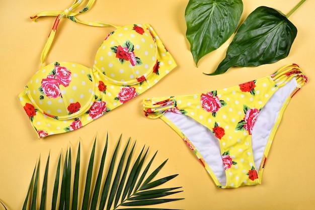 Mode de bikini maillot de bain d'été, vêtements de plage colorés.