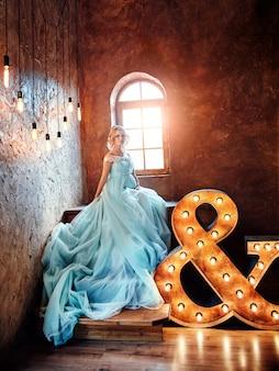 Mode blonde enceinte femme de luxe dans une robe de mariée.