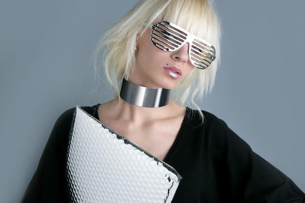 Mode blonde femme d'affaires fuuristic argent lunettes