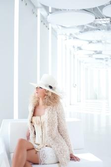 Mode blonde femme corset du xviiième siècle haute couture