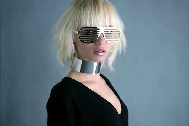 Mode blonde futuriste lunettes d'argent fille gris fond