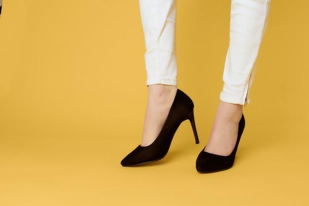 Mode de chaussures noires de pieds féminins posant un style élégant