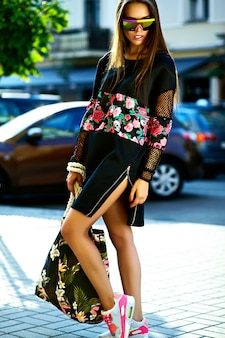 Mode drôle glamour élégant sexy souriant belle jeune femme mannequin en vêtements d'été hipster noir dans la rue après le shopping
