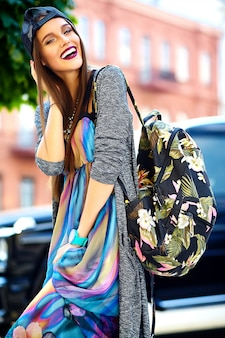 Mode élégante belle jeune femme brune modèle en été hipster vêtements décontractés colorés posant sur la rue