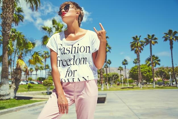 Mode élégante belle jeune femme brune modèle en vêtements décontractés hipster d'été posant