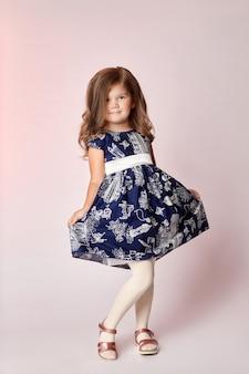 Mode enfants jeunes modèles enfants posant