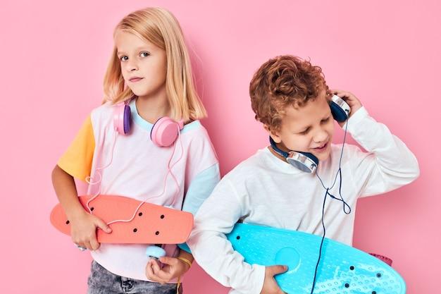 Mode enfants skateboards casque posant fond rose