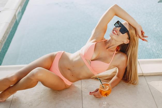 Mode d'été. dame avec cocktail. fille en vacances.