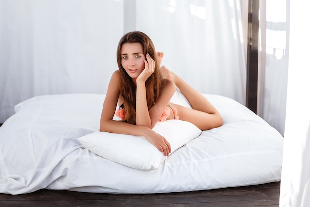 Mode d'été femme. heureuse fille souriante sexy avec corps en forme, jambes longues, peau saine en bikini