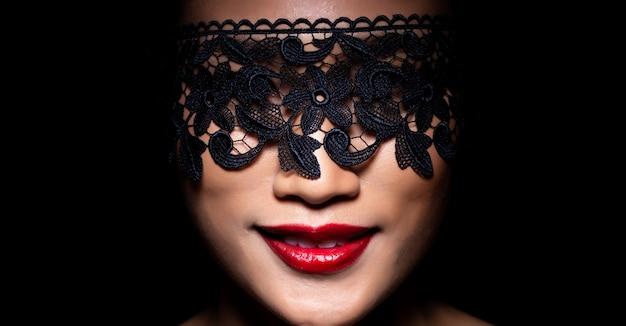 Mode femme asiatique peau bronzée cheveux noirs belle