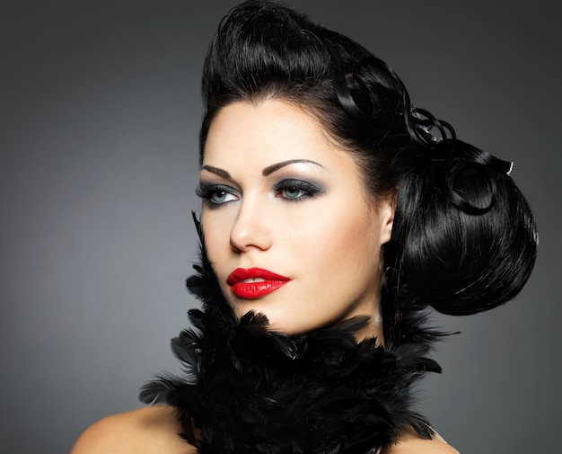 Mode femme avec coiffure de beauté et maquillage de style isolé sur blanc