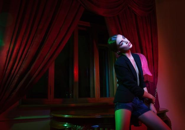 Mode femme debout près de table avec lampe