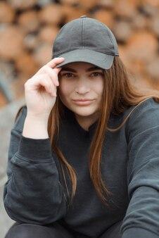 Mode femme élégante portant une veste noire et un chapeau noir.
