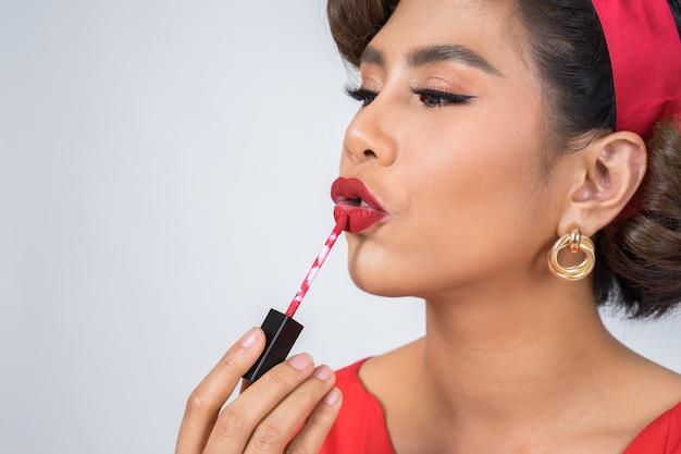 Mode femme main tenant le soin des lèvres