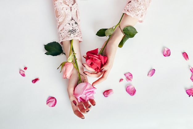 Mode femme en robe d'été et à la main de fleurs