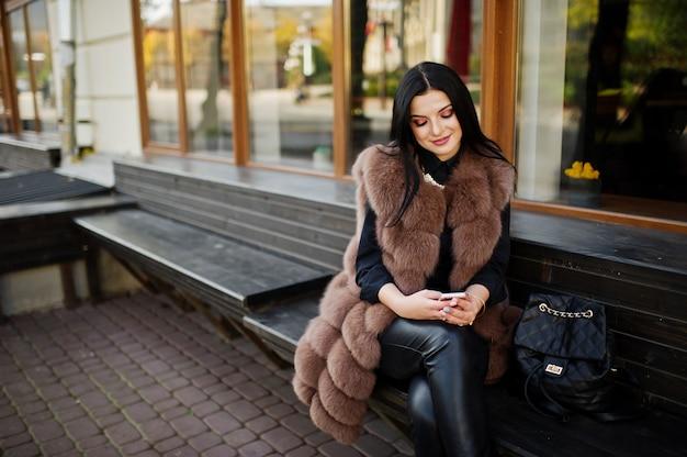 Mode femme sensuelle magnifique en plein air