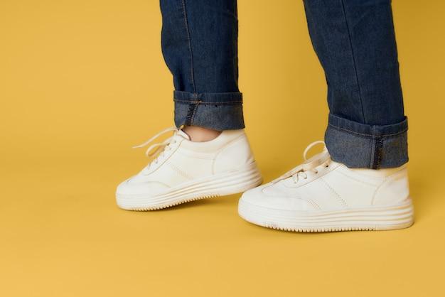 Mode femmes chaussures recadrée vue phasage fond jaune