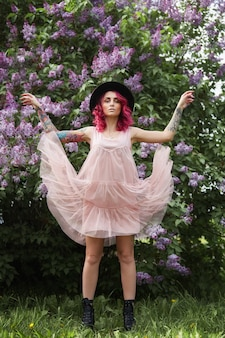 Mode fille cheveux roux et grand chapeau rond