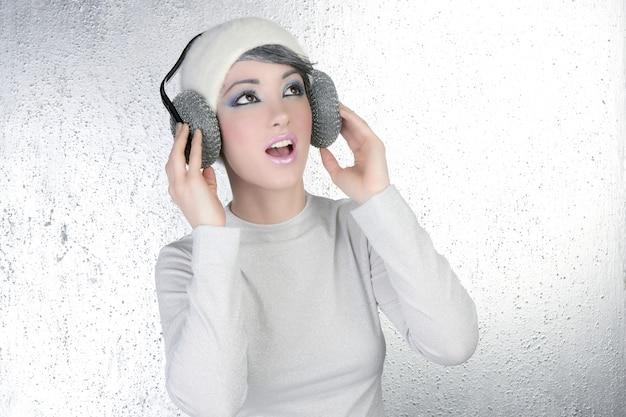 Mode futuriste femme écoutant de la musique au casque