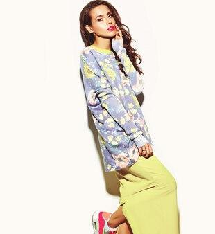 Mode glamour élégant belle femme modèle avec des lèvres rouges en été hipster coloré brillant jaune robe