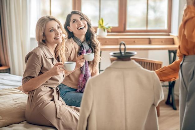 Mode. groupe de femmes discutant de nouveaux vêtements fashionalbe et ayant l'air excité